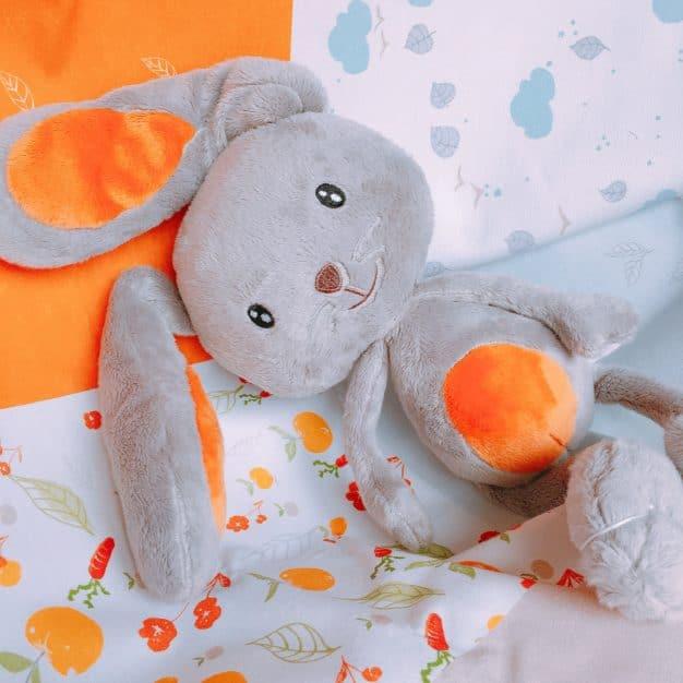 Peluche lapin- Marque française d'ours en peluche et vêtements bébé - Une collection de cadeau de naissance unique - L'Ours Kiwi