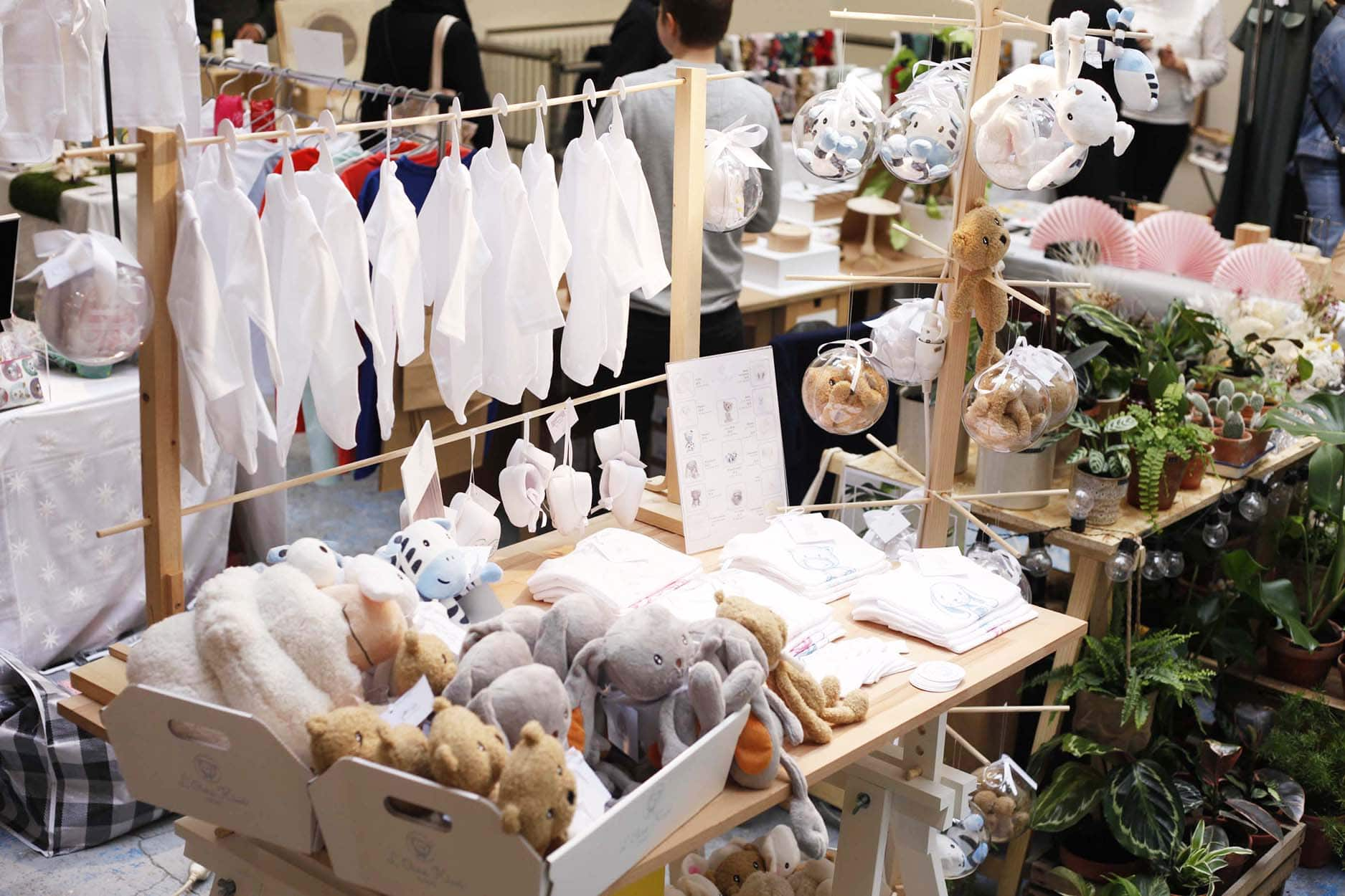 Stand de l'Ours Kiwi présentant les peluches doudous et les bodys pour bébés