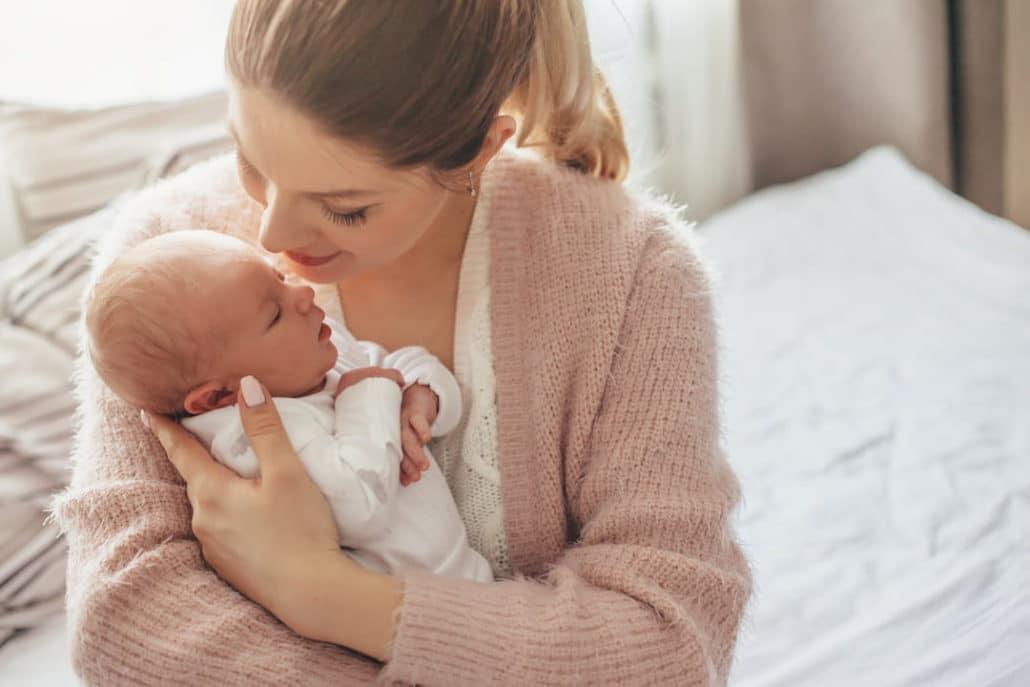 Nouveau né dans le bras de sa mère dans une chambre